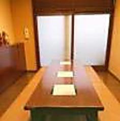 10~12名様でご利用いただけます。完全個室でとても使い勝手良く、人気しています。部屋名は「蔵」