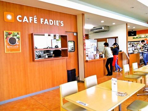 ケーキなどのスイーツやオムライスなどの軽食も楽しめる気軽でおしゃれなカフェ。