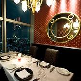 窓一面に広がる夜景を楽しむ個室。※ミニマムチャージと致しまして、一テーブルにつき25000円を設定させて頂いております。満たなかった場合のみ、差額をお席代として頂戴致しております。