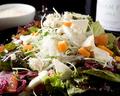 料理メニュー写真温泉玉子とクワトロフォルマッジのシーザースサラダ