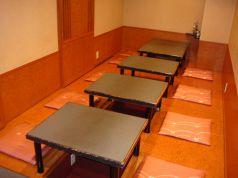 1階にございます。最大14名様の宴会が可能です。尚、1階には8名様までご利用できるお座敷と6人掛けテーブルが2つございます。