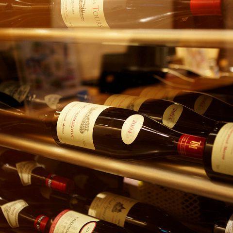 エールで取り扱ってるワインは、全てフランス産です。シェフ山本英男の料理に寄り添い、時に彩りを与え時にスパイスとなり、皆様のテーブルに花を添えます。伝統を知り、最先端を切り取ることの繰り返しを、普遍性と考えます。この普遍性を大事にしていきたい。シェフソムリエ 若山程映の選び抜いたワインをお楽しみください。