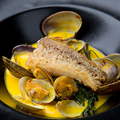 料理メニュー写真甘鯛の鱗焼き ~あさりとサフランのソース~