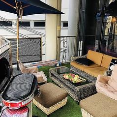 心地よい季節にはテラス席もおすすめです。芝生シート×ソファ席の組み合わせでインスタ映えバッチリ!BBQもお楽しみいただけますよ♪