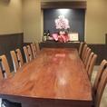 一枚板の重厚なテーブル