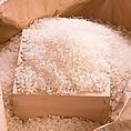 素材へのこだわり【米】:産地ごとで収穫された米の品質に合わせ、研ぎや水加減など、絶妙なバランスで炊き上げます。