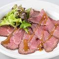 料理メニュー写真赤身もも肉のローストビーフ オリジナルソース
