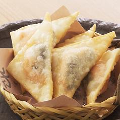 料理メニュー写真明太子チーズのパリパリ揚げ/濃厚チーズソースのポテトフライ/ゴボウのサクサク揚げ/鶏なんこつの唐揚げ