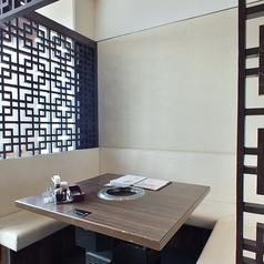 【中人数用個室】他の個室とは違って、テーブルを囲むように、座って頂く、ソファタイプの個室です。
