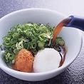 """玄品とらふぐの脇役は、先ずもってぽんず。そこでベースの醤油に加えて柚子、酢橘にも大いにこだわり、名産地・徳島県神山町・佐那河内村の酢橘と、同じく徳島県那賀町木頭村の柚子を当社研究室で秘醸致したのが、""""玄品・秘玄品寿""""。〆の雑炊に欠かせない、お米も玉子もお塩も、全国から選りすぐりの厳選したものを使用!"""