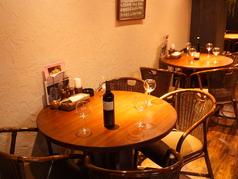 小上がりの円卓のテーブル席。店内を見渡せる解放的な席。