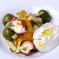 料理メニュー写真マダコとオリーブ、ブッターラチーズのシチリア風サラダ