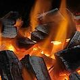 焼き方へのこだわり【備長炭】:まさしく職人と鰻の真剣勝負。鰻は一尾一尾に個性があります。火の強さ、焼き時間、タレのつけるタイミングなど微妙な変化させながら、焼きに全神経を注ぎます。