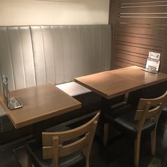 お一人様でも2名様での使い勝手の心地よい片面ソファのテーブル席。