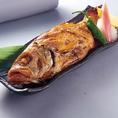 高級魚として知られる「のどぐろ」は300g位が通常の大きさですが、当店では500gを超える大きく肉厚なのどぐろにこだわってご提供!「焼き」で提供することで、お箸を入れた際のジュワっとジューシーな脂ののりを堪能しつつ、身の旨みを感じることができます。