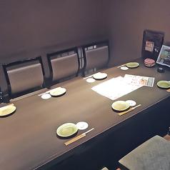 8名様用テーブル席になります。落ち着いた雰囲気の店内はゆったりとお食事をするのに最適♪ご宴会コース以外にも、こだわりの逸品料理や可愛らしいデザートなど豊富にご用意しております!※写真は系列店になります。詳細は店舗までお問い合わせ下さい。