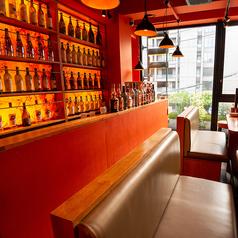 ラテンの雰囲気をイメージしたテーブル席は2名様~OK☆スタイリッシュな空間で自慢のお肉料理とともにお好きなワインで舌鼓を・・・