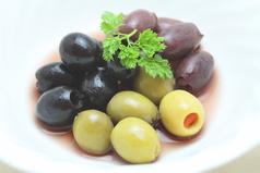 料理メニュー写真3種のオリーブ&自家製ピクルス