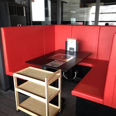 【5名様向けテーブル×2】4~5名様からご利用いただけるボックス席です。ご家族や仲の良いご友人同士でのご利用にオススメです。