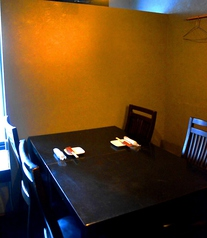 この写真のテーブル個室は、2名様から6名様でご利用いただけます。(個室の仕切りをつなげた場合最大20名様までOK)!落ち着いた雰囲気の店内は、接待や女子会、デートなど幅広いシチュエーションに対応できます♪
