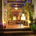 西新宿の高層ビル街の真ん中に佇む一軒家和食居酒屋。一歩足を踏み入れれば都会の喧騒から離れて落ち着いた雰囲気の和空間へ引き込まれます。有名デザイナー<橋本由紀夫氏>によるデザイナーズ居酒屋。大人のための隠れ家的和食レストランで特別なひと時をお過ごしください。
