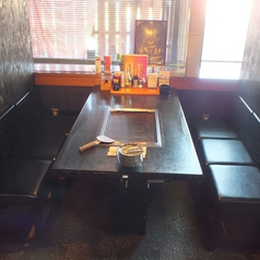 4名様向けのテーブル席。靴を脱ぐのが面倒な方は是非テーブル席をご利用ください。