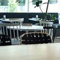 スタイリッシュなデザインのテーブルやチェアなど、インテリアのこだわりにも注目。