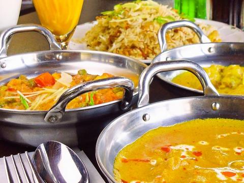 野菜カレーの種類が豊富。スパイスの香りがお店一杯に広がり、食欲をそそる。