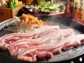 【サムギョプサルのおいしい食べ方1】大きなお肉はそのまま鉄板へどうぞ。