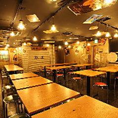 ちょっぴりレトロな雰囲気ただよう人気の鶏専門店★会社宴会にも最適な広々としたテーブル席をご用意しています♪