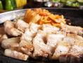 【サムギョプサルのおいしい食べ方4】頬張れるひとくちサイズにお好きにカット。