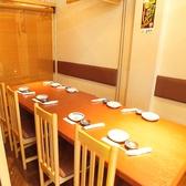 テーブル席は人数に応じて個室に仕切れます。2~18名テーブルをひとつにまとめて、皆さまで顔を合わせられます♪ちょっと人数が多いときにも安心なお席です。友達とわいわい騒ぐ女子会でも【志なのすけ 京橋店】でどうそ!お得な食べ飲み放題 全150品あり、!気軽な飲み会にもおすすめコースです!ぜひこの機会にどうぞ!!