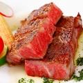 料理メニュー写真黒毛牛のレアステーキ     オニオンガーリックソース
