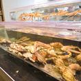 魚介を取り扱う専門店ならではの、巨大な水槽を完備!そのままお店で捌いて鮮度抜群なお料理を提供いたします!