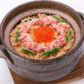 料理メニュー写真カニとイクラの土鍋飯