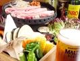 【サムギョプサルのおいしい食べ方5】いっしょにお野菜やビールと共にお楽しみください。