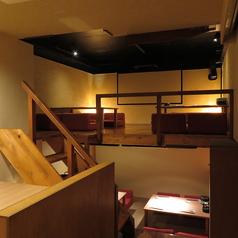 テーブル席1つと、奥にロフト仕様で4卓×4ございます。8名様までで半個室利用も出来ます。