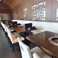 開放感の有るオープンスペース。カジュアルなテーブル席も多数ご用意。人数に応じて組み合わせられるから便利です。