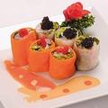 料理メニュー写真海の幸と新鮮野菜の二色生春巻き特製二種ソース添え
