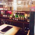 京都の町家でよく使われる花硝子や砂壁が落ち着いた雰囲気を感じさせるゆったりとしたテーブル席です。ワインがたくさん並ぶ店内はそこに座っているだけでもワクワクします♪女性の方にも飲みやすく、二日酔いしづらいとされる当店のBIO認定ワインで乾杯してみてはいかがでしょうか?