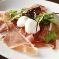 料理メニュー写真<No.1> イタリア産生ハムと水牛のモッツァレラの前菜「プロシュート・エ・モッツァレラ」 小
