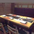 テーブルをつけて、2~6名様席にもできるテーブル席となっております。ごゆっくりおくつろぎいただいてお食事ができる空間では会話もお箸も進むこと間違いなしです◎歓送迎会や送別会など、各種ご宴会でぜひご利用くださいませ。