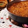 カウンター横の大きな鍋でじっくり煮込まれた『牛スジ煮込み』は必食!