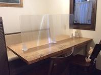 手造りのテーブル♪飛沫防止のパネルで仕切られています