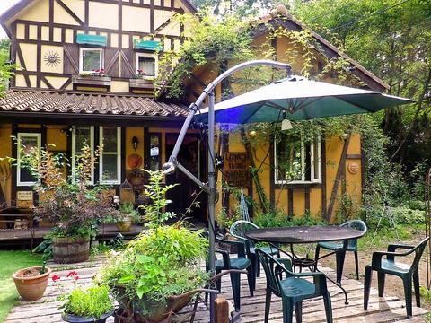 料理も内外装もスタッフ手作りで自家菜園の野菜を使用。常にどこか変化しているお店。
