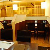 仕切りのある4人掛けテーブル。隣のお客様の目を気にせずお楽しみ頂けます。