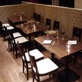 カジュアルな雰囲気を楽しむテーブル席。人数に合わせてお席の調整が可能です。