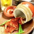 料理メニュー写真壺漬けカルビ(旨辛の赤、スパイシー黒)