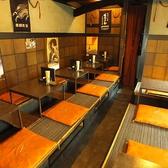 【1F】お客様同士のコミュニケーション…そんな気軽で楽しい場所。今日は誰かいるかな、、そんな気軽な気持ちでお酒を飲みに行く立ち飲み屋のような雰囲気を持った大衆酒場です。