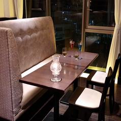 ソファー席は背もたれが高く、ゆったりお過ごし頂けます。人気の高い席のひとつです。